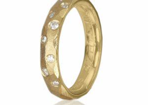 guldring med facetter og diamanter