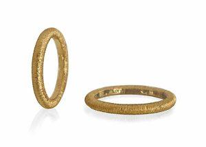 vielsesringe i guld med rillet overflade