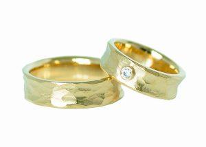 Shimmering vielsesringe i guld